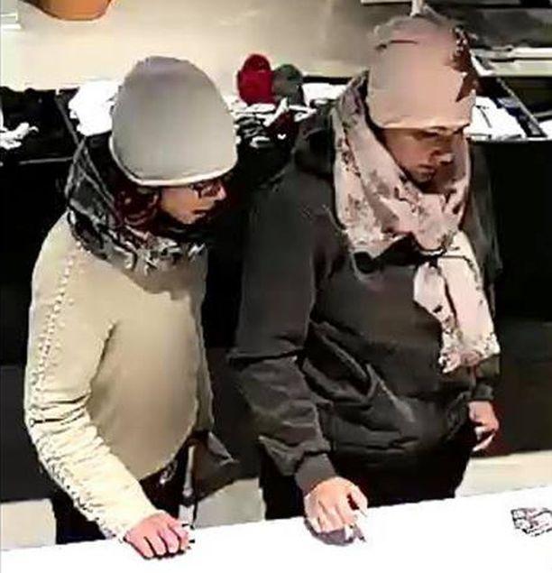 Poliisi etsii näitä kahta naista epäiltynä vanhusten pankkikorttien varastamisesta.