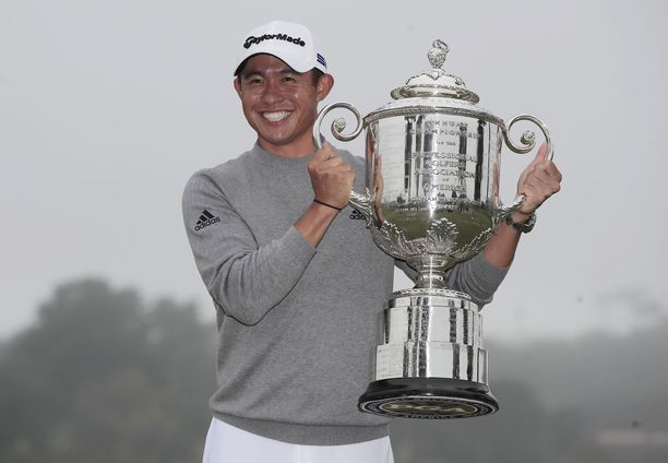 Collin Morikawa nosteli PGA Championshipin voittajalle jaettavaa Wanamaker Trophya.