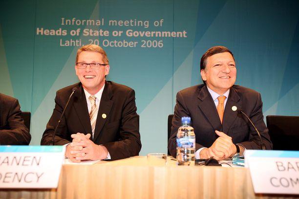 Suomen pääministeri Matti Vanhanen (kesk, vas.) ja Euroopan komission puheenjohtaja José Manuel Barroso tapasivat Lahdessa Suomen edellisen EU-puheenjohtajakauden aikana lokakuussa 2006. Tarjolla oli pullovettä.