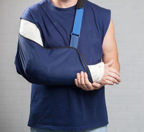 Osteoporoosin ensimmäinen oire on usein kaatumisen seurauksena syntynyt murtuma tai nikamaluhistuma.