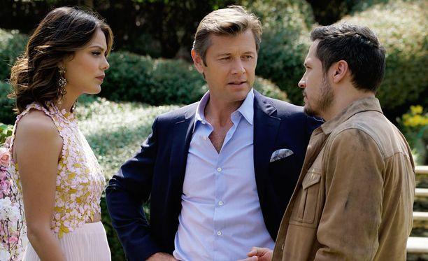Grant Show (kesk.) on perinyt John Forsythen roolin Blake Carringtonina.