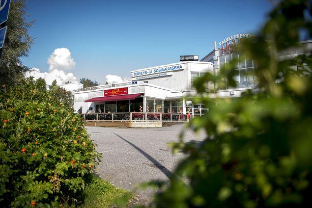 Paikalliset kertoivat, että viime lauantaina, eli puukotusta seuraavana päivänä, poliisit kävivät pernolaisessa ravintolassa katsomassa valvontakameranauhoja.