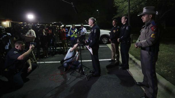 Austinin tilapäinen poliisipäällikkö Brian Manley piti maanantaina keskellä yötä tiedotustilaisuuden medialle.