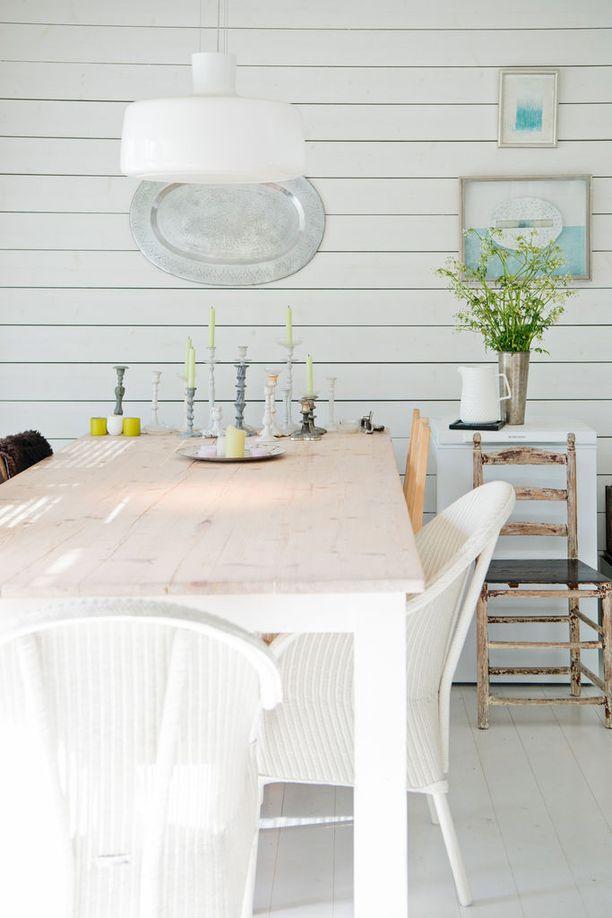 Suuren ruokapöydän ääreen mahtuvat mökkivieraatkin syömään.