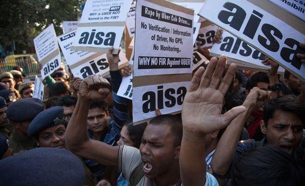 Mielenosoittajat osoittivat mieltään poliisitalon edustalla, kun tieto Uber-taksikuskin raiskaamasta naisesta levisi. Intiassa raiskataan vuosittain noin 25 000 naista.