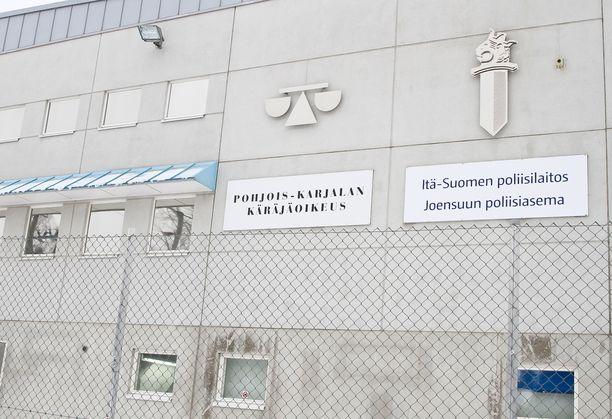 Isäänsä puukottanut tytär vetosi siihen, että oli soittanut tälle ambulanssin. Pohjois-Karjalan käräjäoikeuden mukaan ambulanssin soittamiselle ei voinut antaa juurikaan merkitystä. Kuvituskuva.