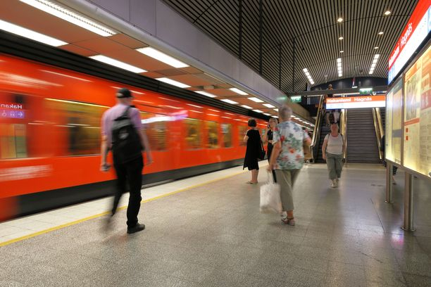 Helsingissä metron liikennöinnissä varhain maanantaiaamuna on ollut häiriöitä onnettomuuden takia. Kuvituskuva.