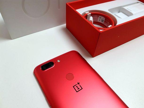 Onelus 5T Lava Redin mukana tulee silikoninen suojus ja laturi.