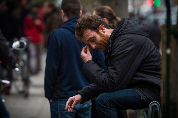 Mies itki kadulla Pariisissa.
