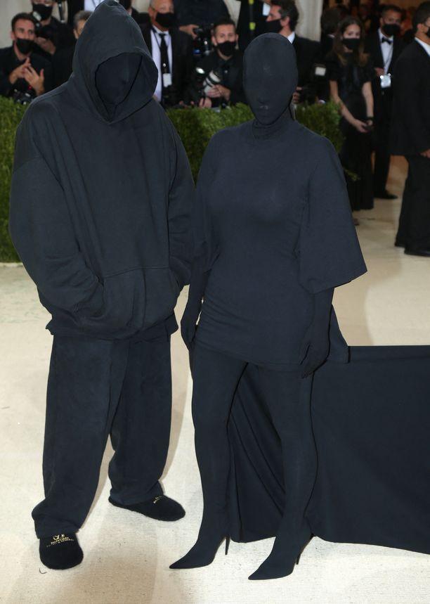 Tältä Kim Kardashian ja hänen seuralaisensa näyttivät Met-gaalan punaisella matolla.