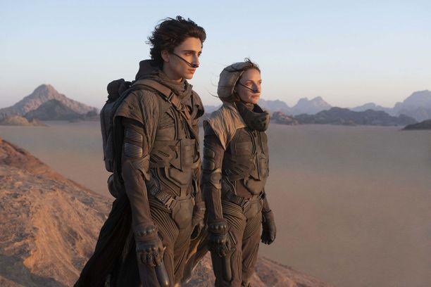 Äitiä ja poikaa näyttelevät Rebecca Ferguson ja Timothée Chalamet ovat Dyynin päärooleissa.