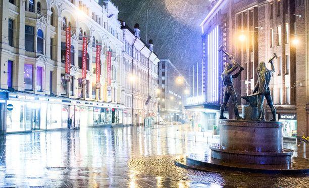 Suomen Uutisten mukaan kokoontumispaikaksi esitettiin joko Kolmen Sepän aukiota (kuvassa) tai Rautatientoria.