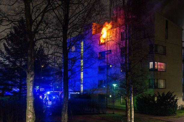 Helsingin Koskelassa syttyi maanantaina raju tulipalo.