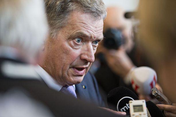 Kansanedustajien sopeutumiseläke muutettiin määräaikaiseksi sopeutumisrahaksi vuonna 2011. Lakimuutoksen ajavana voimana oli eduskunnan silloinen puhemies ja nykyinen tasavallan presidentti Sauli Niinistö.