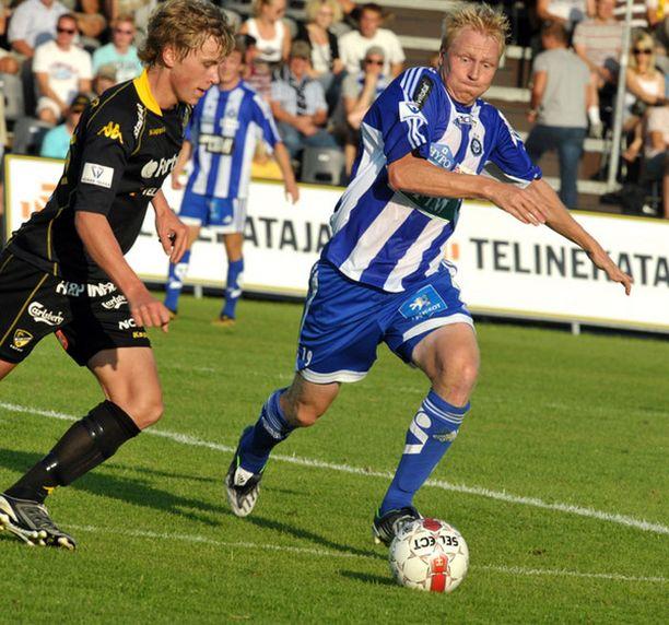 Aki Riihilahti (oik.) kamppaili viime sunnuntaina pallosta Rasmus Schüllerin kanssa.