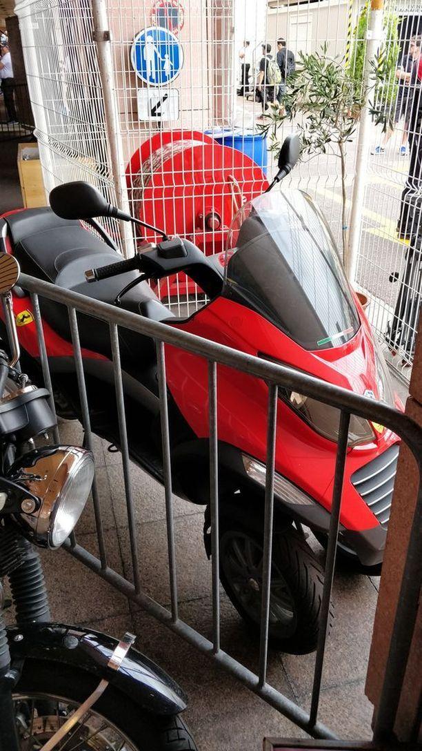 Kimi Räikkönen on ajanut varikolle italialaisen Piaggion valmistamalla kolmepyöräisellä skootterilla. Tämä ei ole juuri Räikkösen käyttämä skootteri, mutta Ferrarin suomalaistähti ajaa Monacossa samanlaisella.
