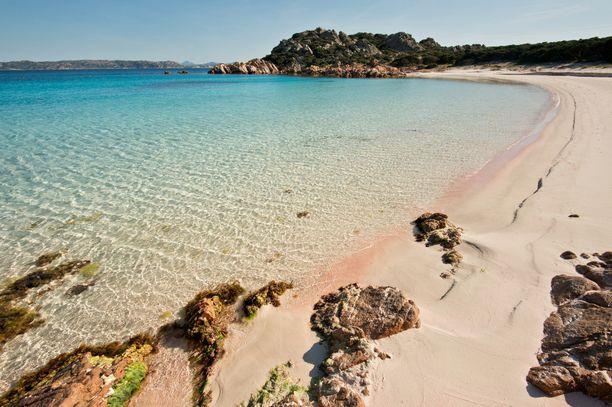 Spiaggia Rosan kuuluisalle vaaleanpunaiselle rannalle Budellin saarella ei päästetä turisteja, koska hiekkaa hävisi valtavat määrät.