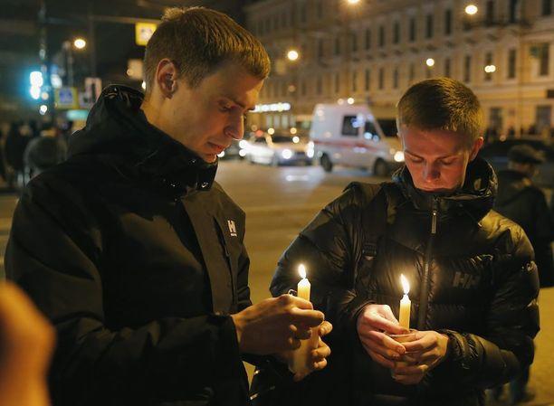 Paikalliset toivat kynttilöitä.
