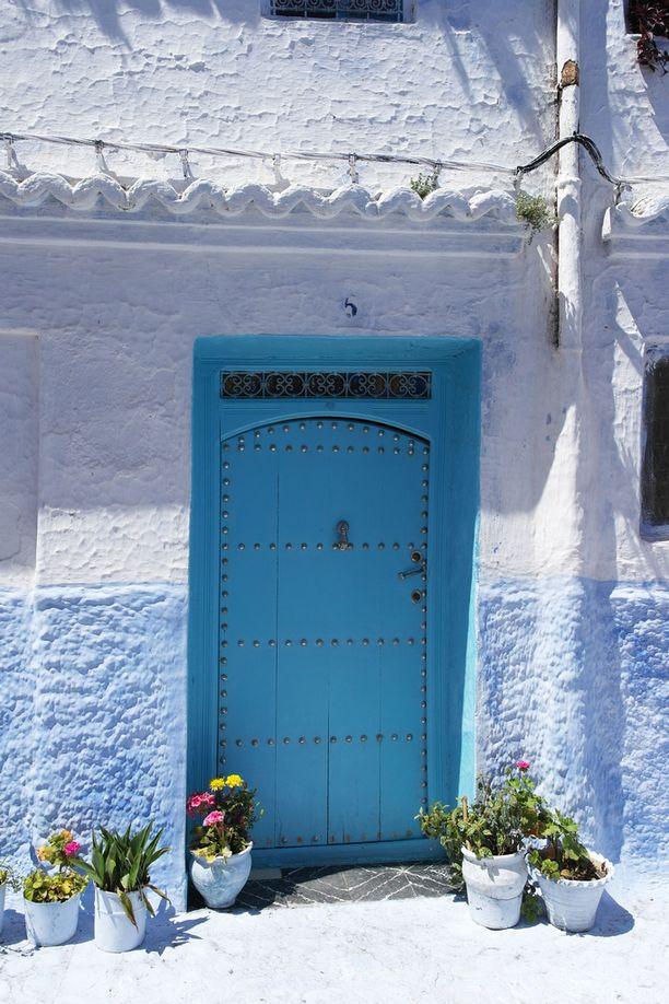 Kylässä on paljon mitä erilaisimpia sinisiä koristeellisia ovia.