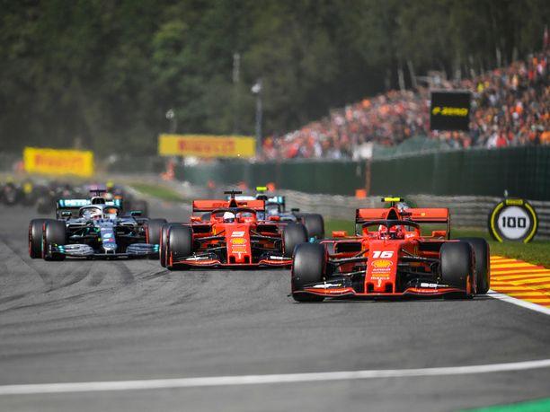 Ferrari on ollut kesätauon jälkeen Mercedestä nopeampi kaikissa aika-ajoissa, mutta kahdessa viimeisimmässä kilpailussa Hopeanuolet ovat vieneet pidemmän korren.