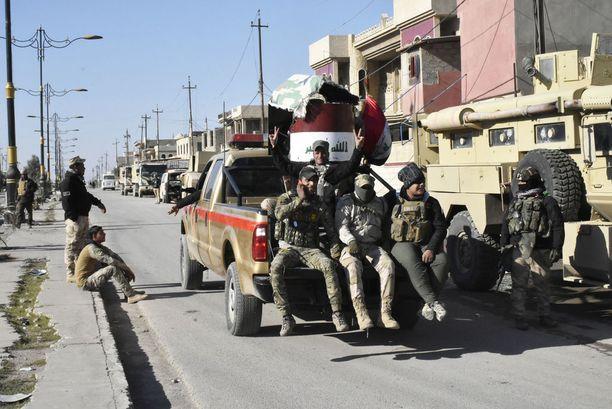 Irakin armeijan sotilaita niin sanotulla kokootumispaikalla Itä-Mosulissa.