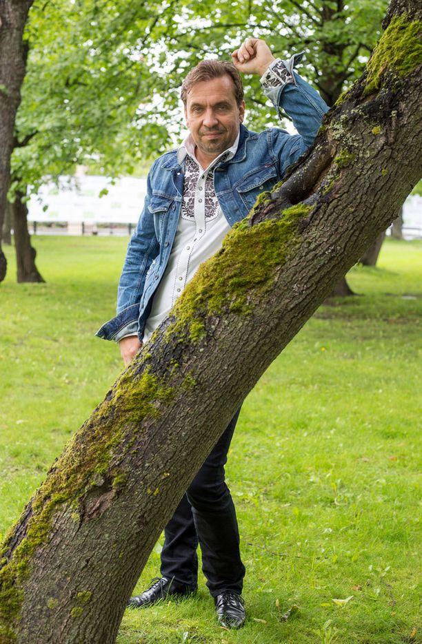 46-vuotiaana avioliiton satamaan astellut Hanski on viihtynyt ukkomiehenä.