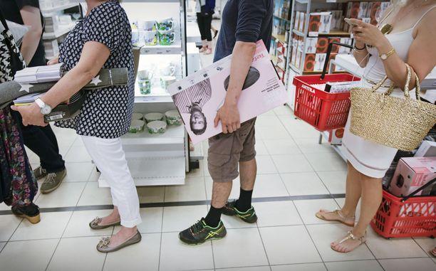 Uusia kenkiä, vaatteita ja kalusteita tarvitaan jatkossakin.