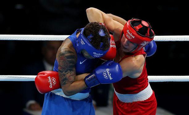 Mira Potkonen (punaisissa) kantaa Suomen tähän asti ainoaa mitalia Riosta.