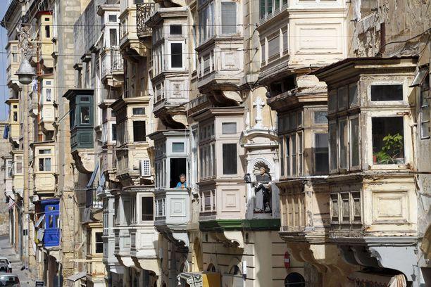 Veikeän näköisiä rakennuksia Vallettassa.