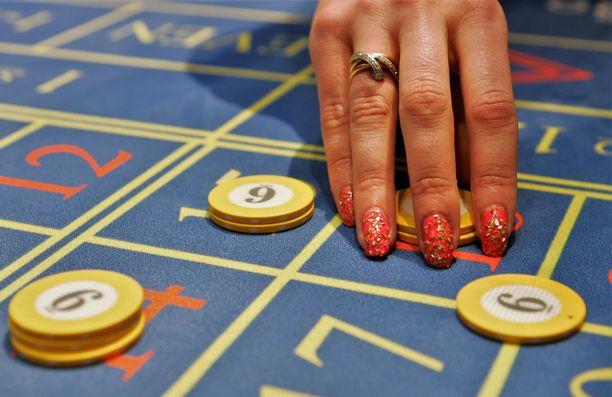 Poliisikuulusteluissa nainen myönsi käyttäneensä osan rahoista Casinolla. Oikeudessa hän esitti toisenlaisen kertomuksen.