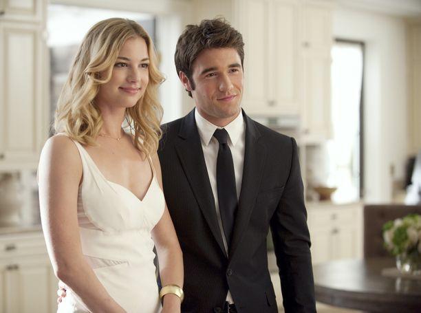 Emily Vancamp ja Josh Bowman näyttelivät rakastavaisia myös Kostossa.