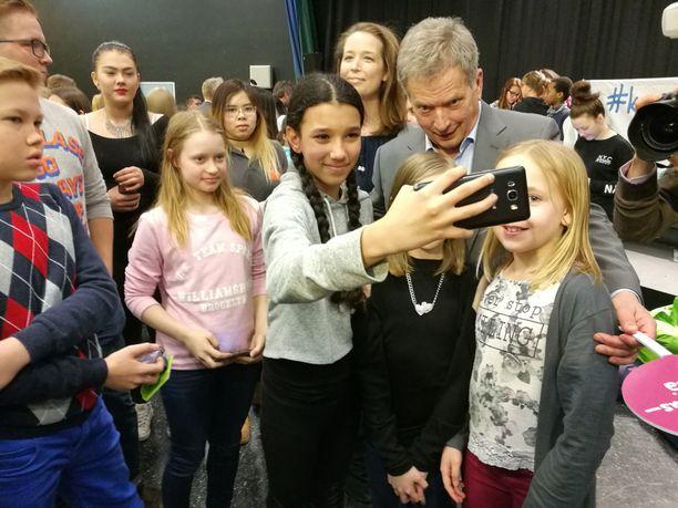 Presidentti Sauli Niinistö tapasi koululaisia #kannustusryhmä-kampanjan julkistamistilaisuudessa.