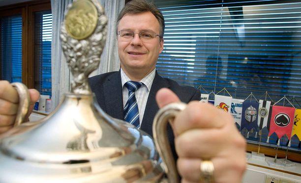 Jukka-Pekka Vuorinen oli SM-liigan toimitusjohtajana suojelemassa Liigan mainetta, kun Tommi Kovasta taklattiin törkeästi Raumalla.