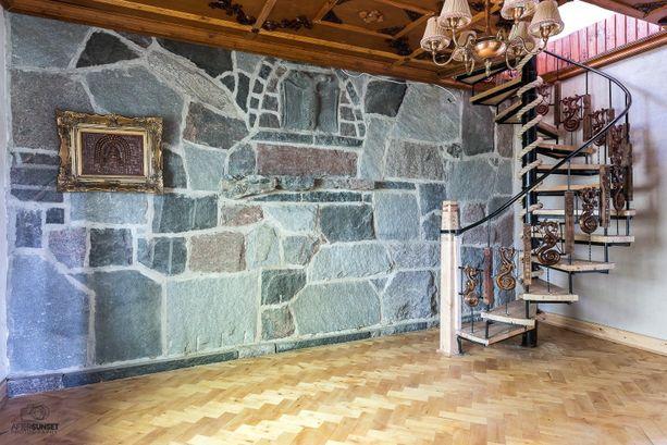 Rauni oli viehättynyt koristekuvioista. Niitä löytyy muun muassa kierreportaista, ovista ja katosta.