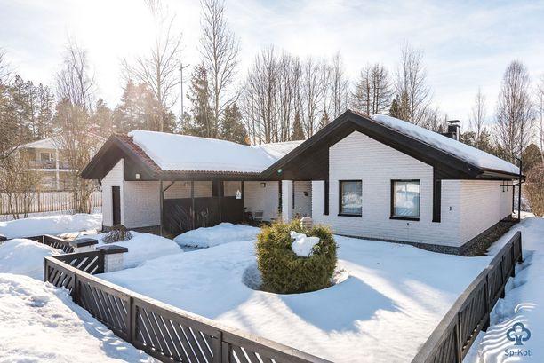 Tämä vuonna 1984 valmistunut omakotitalo sijaitsee Oulussa pientaloalueella.