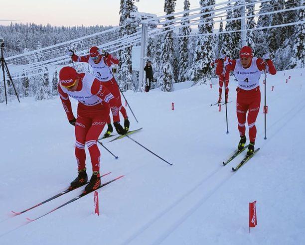 Aleksandr Bolshunov (vas.), Aleksandr Terentev ja Sergei Ardashev pitivät lujinta vauhtia Oloksen tykkikisojen perinteisen sprintissä perjantaina.