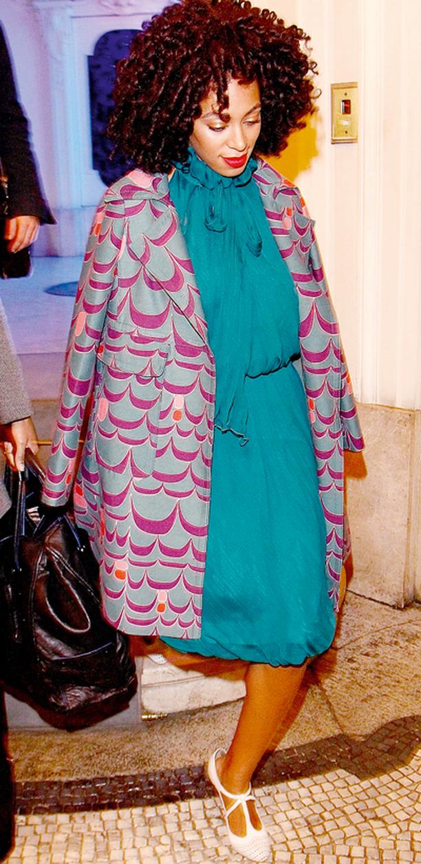 Solange Knowles asteli muotisuunnittelija Alberta Ferrettin järjestämiin juhlin supermuodikkaassa polvipituisessa kuositakissa.