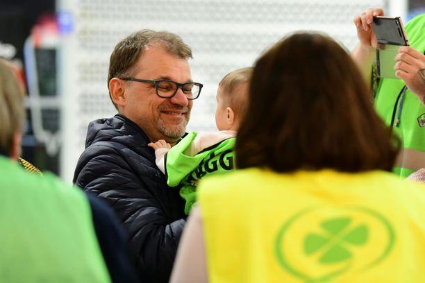 Juha Sipilä vaikutti varsin hyväntuuliselta ja helpottuneelta Forssassa, jossa hän oli perjantaina vaalitöissä.