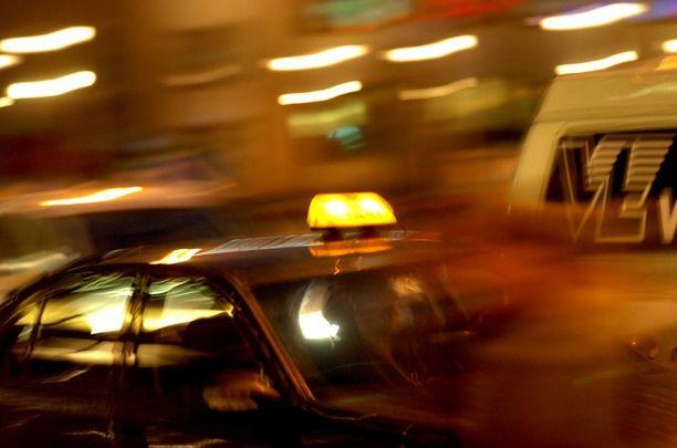Juhlien jälkeisenä aamuna putkasta tuli taksiin mies, joka oli sonnustautunut pelkästään mustaan jätesäkkiin.