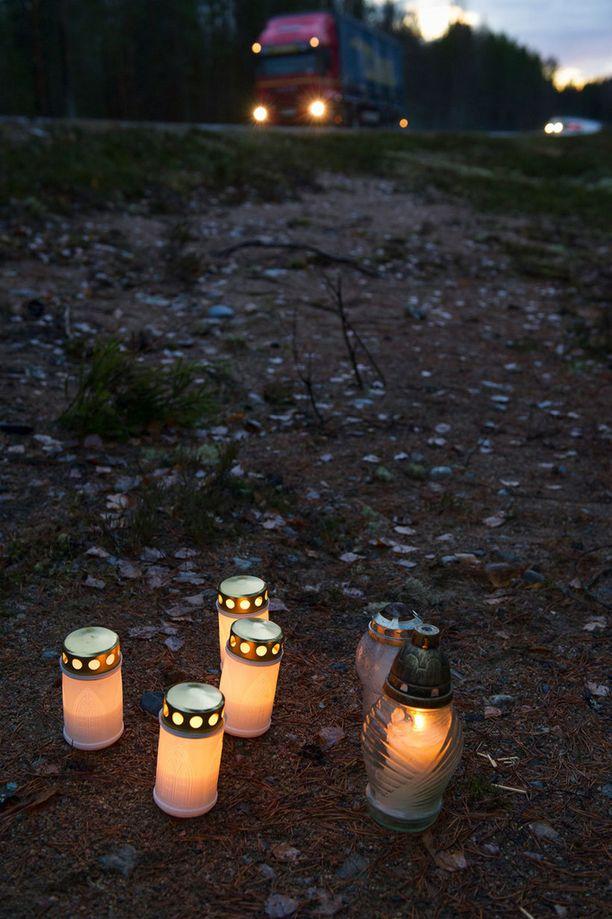 Ihmiset toivat kynttilöitä surmapaikalle maanantai-iltana.