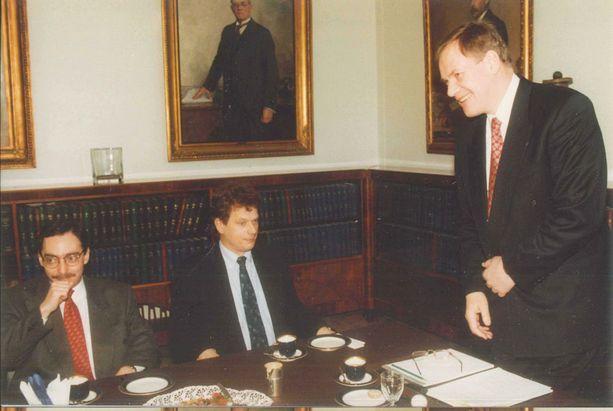 Ben Zyskowiczilla ja Sauli Niinistöllä oli leppoisa tunnelma Paavo Lipposen hallitusneuvotteluissa. Kokoomuslaisten mukaan Lipposen kysymyksiin oli helppo vastata.
