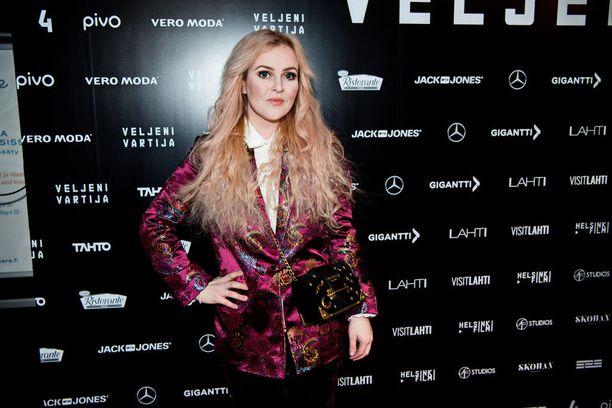 Laulaja Ellinoora oli löytänyt takkinsa second-hand-storesta.