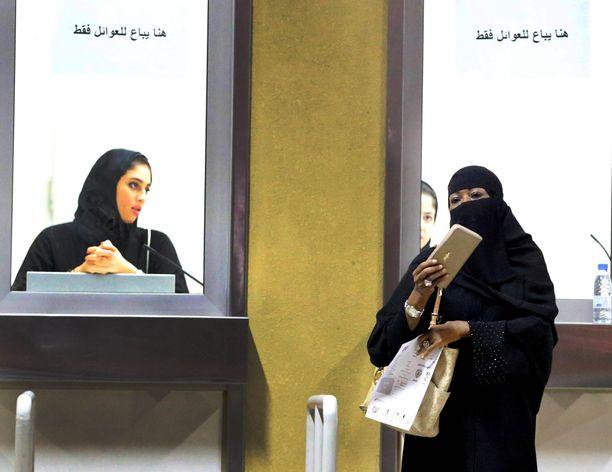 Saudi-Arabaissa naiset ovat saaneet oikeuden ajaa autoa, mutta esimerkiksi maasta pois matkustamiseen tarvitaan miehen lupa.