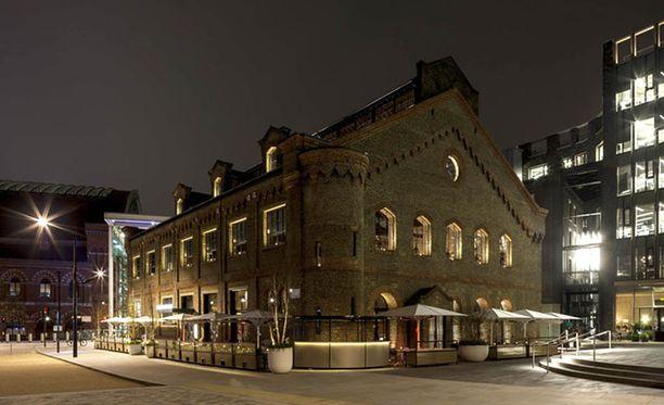 German Gymnasium sijaitsee King's Cross ja St. Pancras-rautatieasemien välissä.