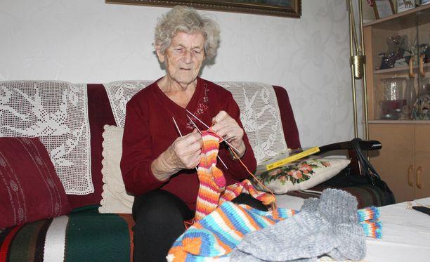 91-vuotias Jenny Honkaniemi on melkoinen teräsmuori. Hän nauttii sukkien kutomisesta.