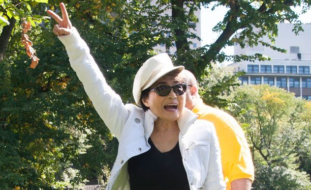 Yoko Ono toivotteli yleisölle rauhaa käsimerkein.