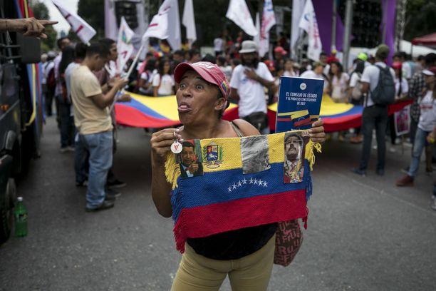 Venezuelassa valtaa pitää presidentti Nicolas Maduron sosialistiseksi itseään kutsuva hallitus. Kuva hallitusta tukevista mielenosoittajista juhlimassa kansallista feministisen sosialismin päivää lokakuun lopulla.