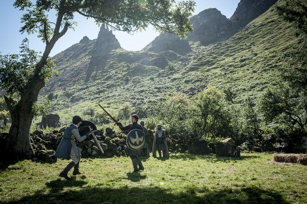 Robin Arrynin isä kuoli myrkkyyn ja äiti putosi kotilinnan lattian reiästä. Suojattua elämää viettänyt Arryn sai vanhempiensa kuoltua miekkailutunteja.