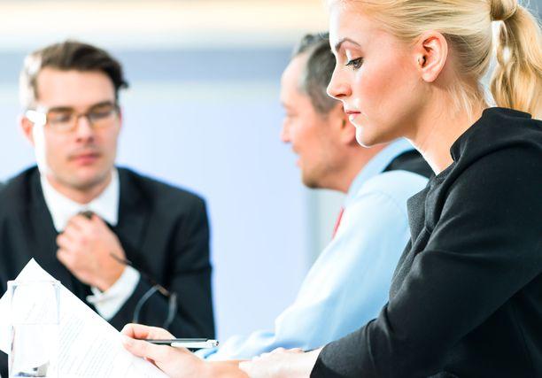 Kaupallisen ja yleisen viestinnän ammateissa on vähemmän työpaikkoja kuin hakijoita.