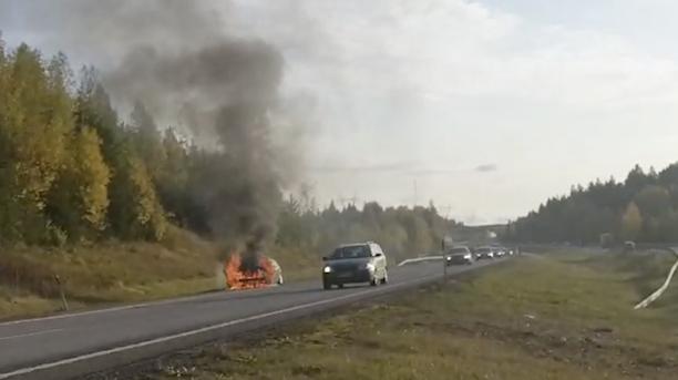 Auto roihusi moottoritien varrella.